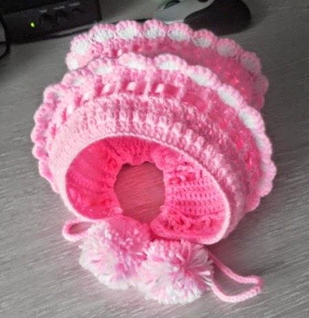 Gorra de bebé con pompones al crochet