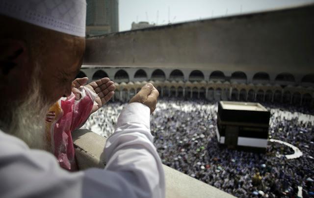 Peregrinos muçulmanos em torno da Kaaba, o edifício cúbico na Grande Mesquita, à frente da peregrinação anual (Hajj), na cidade sagrada muçulmana de Meca.
