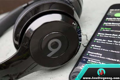 4 The Best Headphones Choice for Your Traveling Friend