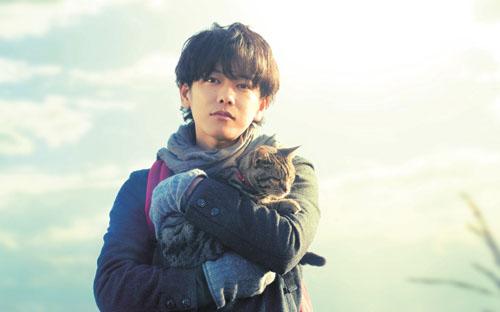 彼は猫を抱いている  他抱著貓咪一、抱(だ)く【他動詞、五段/一類】:    這個詞有三個意思,分別是    ①抱著「實體」的東西