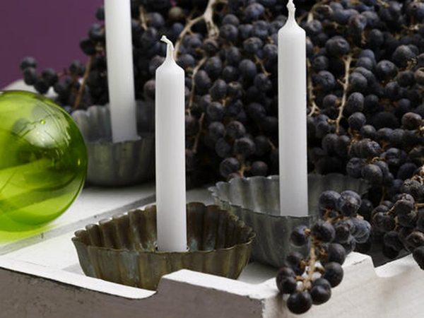 These simple candles in rustic dishes adds a vintage element to the table.