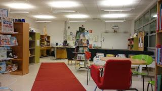 Bild på biblioteket med soffan och bilderböckerna på sina nya platser.