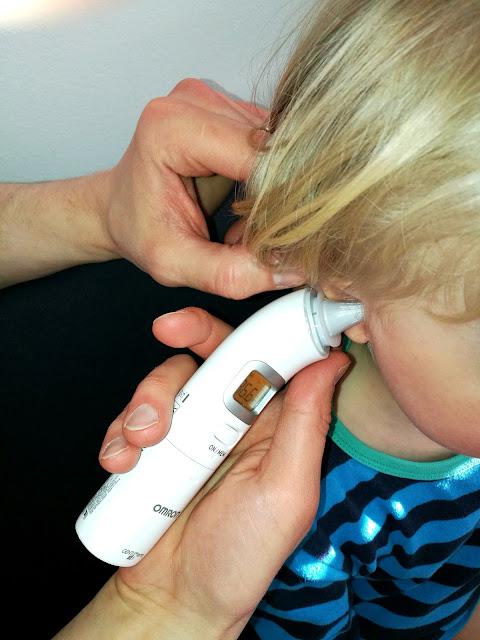 Saippuakuplia olohuoneessa- blogi. Lapsi sairastaa, Omron, Korvakuumemittari, Vauva, Taapero, Lapsi