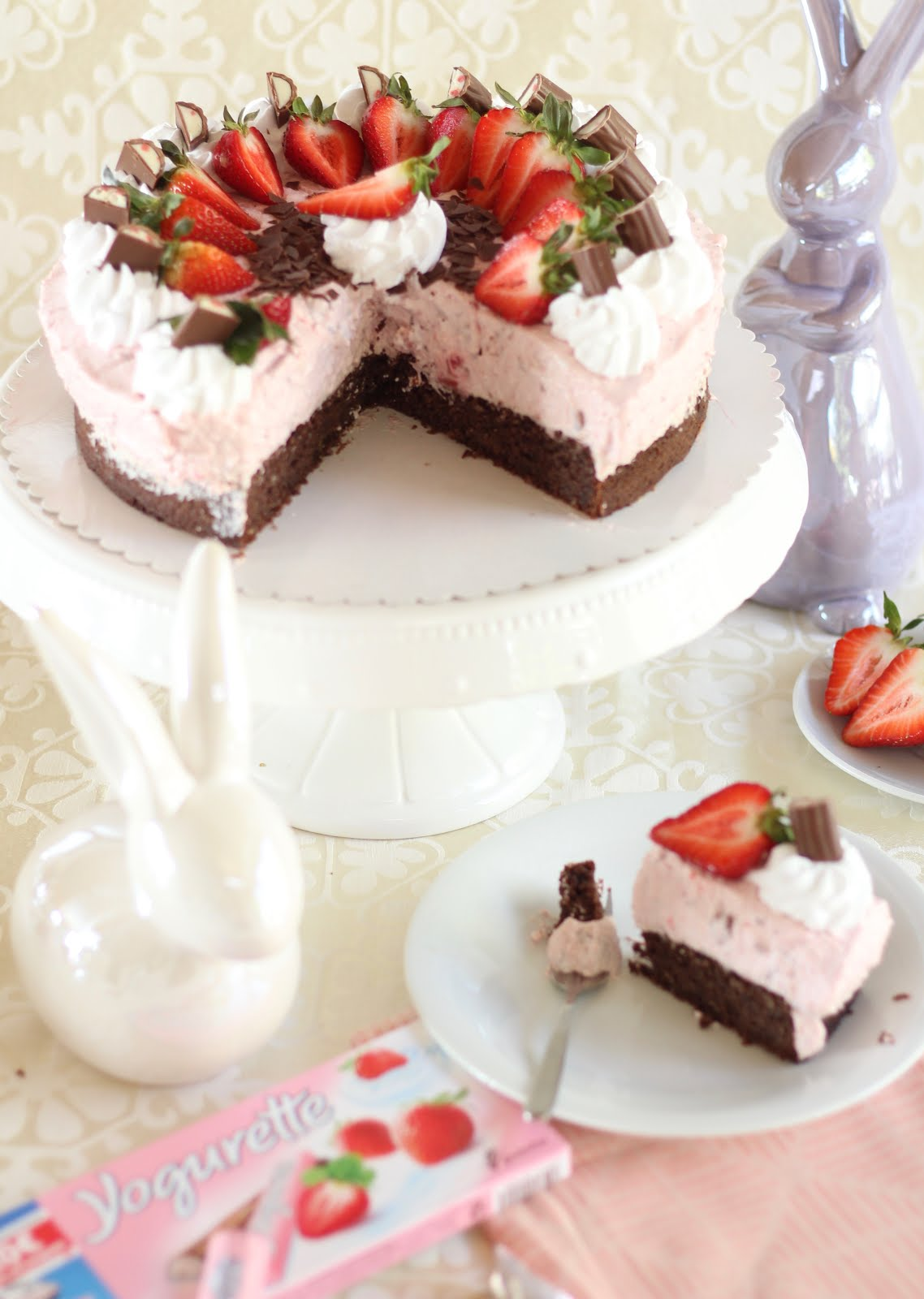 Zarte Erdbeer-Yogurette-Torte / Ostertorte ohne Mehl mit Mandel-Nuss-Boden   Rezept und Video von Sugarprincess