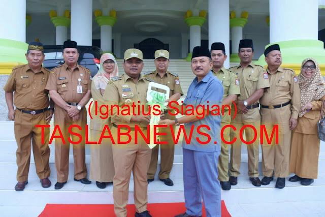 Walikota Tanjungbalai H M Syahrial didampingi Perwakilan PT Inalum, foto bersama usai menyerahkan Piagam Penghargaan.
