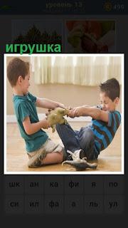 двое мальчиков пытаются поделить игрушку между собой