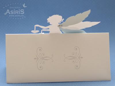 Verso plic bani botez alb cu ingeras decupat din carton cu aripi mobile decupate din carton alb argintiu si bleu sidef, lipit pe un plic alb sidefat