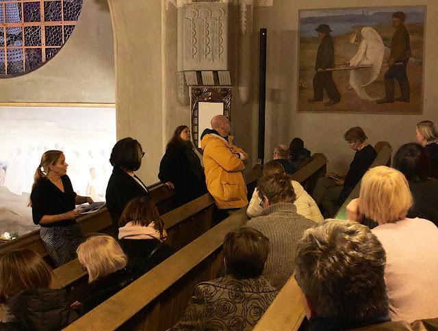 Opettajat katsovat tuomiokirkon teosta haavoittuneesta enkelistä.