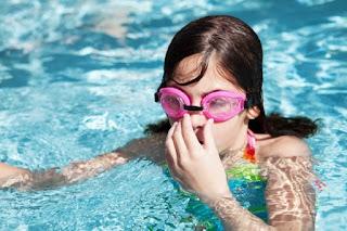 cheiro estranho da água piscina