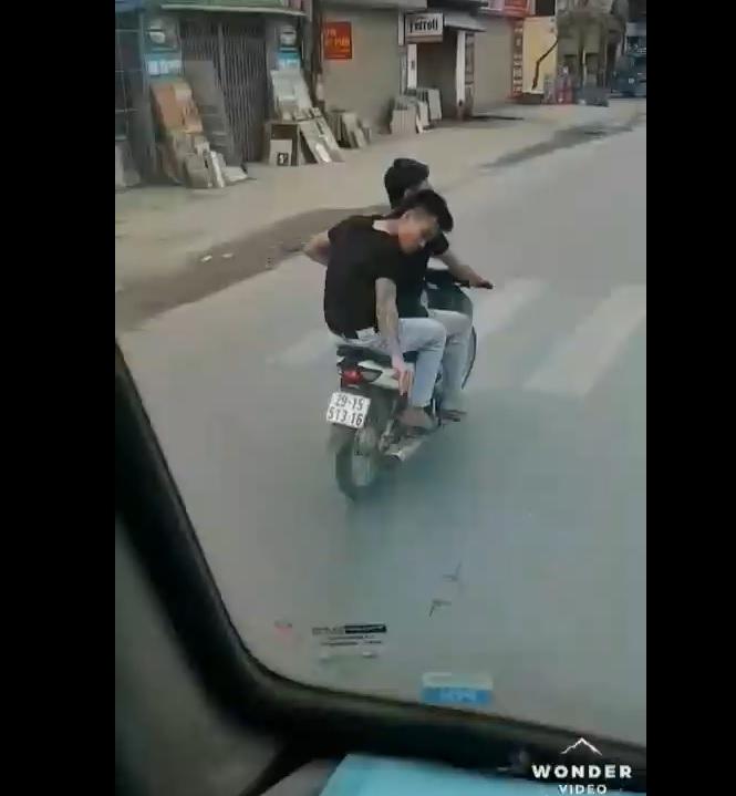 Đinh tặc tấn công rải đinh ngay vào bánh xe đang chạy quá manh động và nguy hiểm