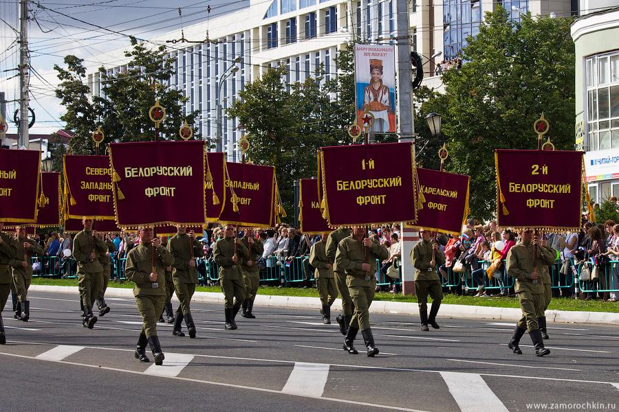 Мужчины в военной форме времён войны. Театрализованный парад 'Все мы - Россия!'