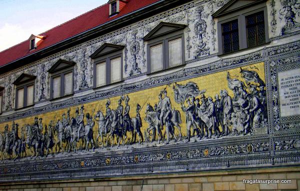 """A """"Procissão dos Príncipes (Fürstenzug), painel no Castelo de Dresden"""