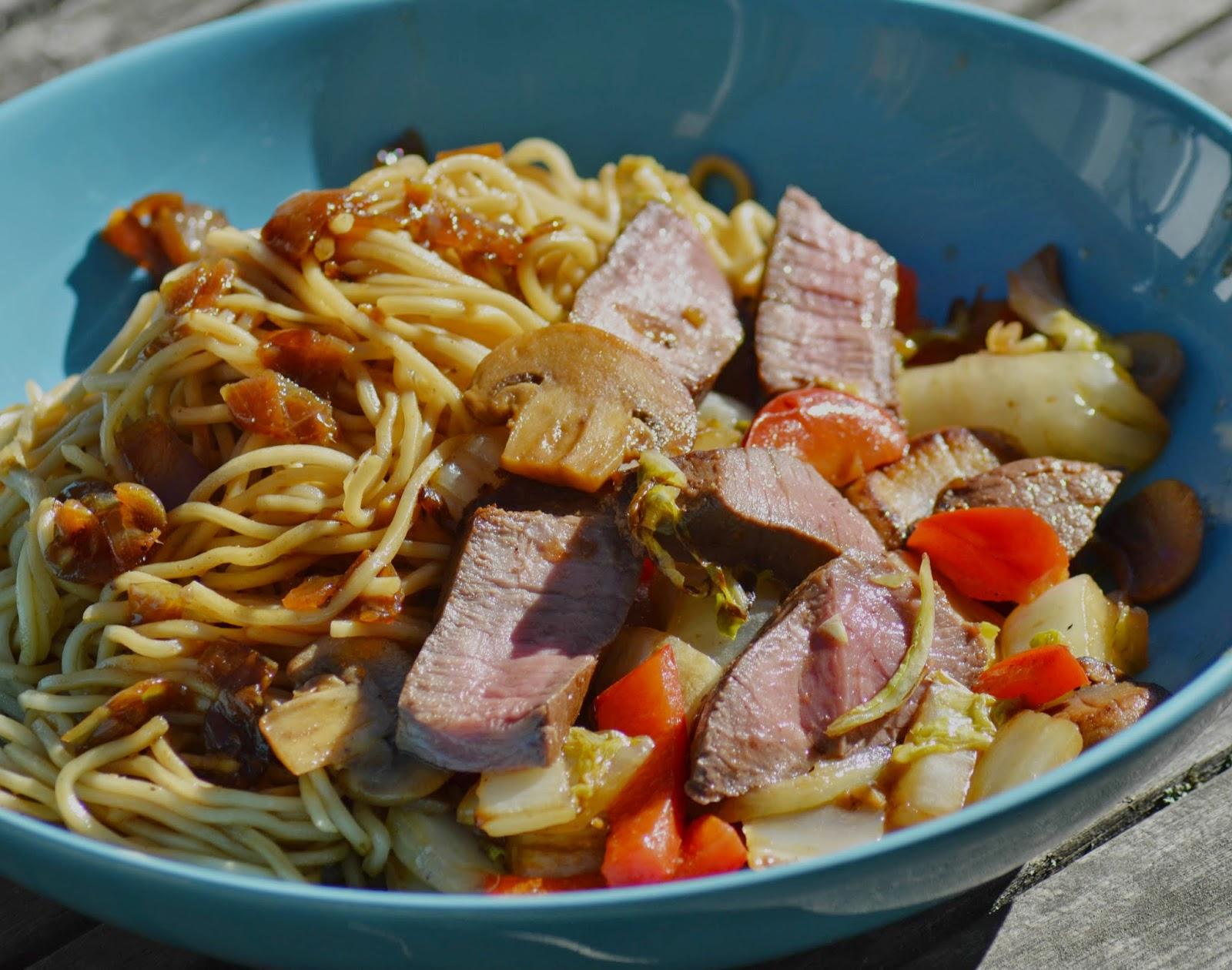 Roerbak noodles met pittige biefstukreepjes