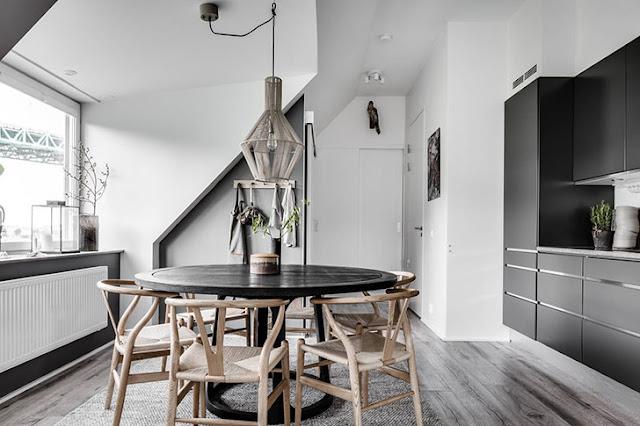 bucatarie gri si scaune de lemn