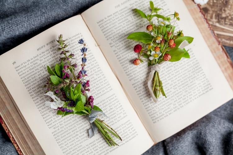 pequeños ramilletes florales (botonier o boutonier)