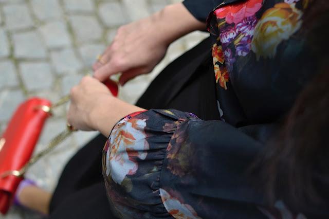 KVETOVANÁ BLÚZKA V MOJOM ŠATNÍKU_Katharine-fashion is beautiful_Kvetovaná blúzka Bonprix_Kožená kabelka JEJ_Katarína Jakubčová_Fashion blogger