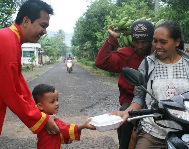 Kader pelatih dan siswa Tapak Suci Curahnongko membagikan Takjil gratis pada warga sekitar