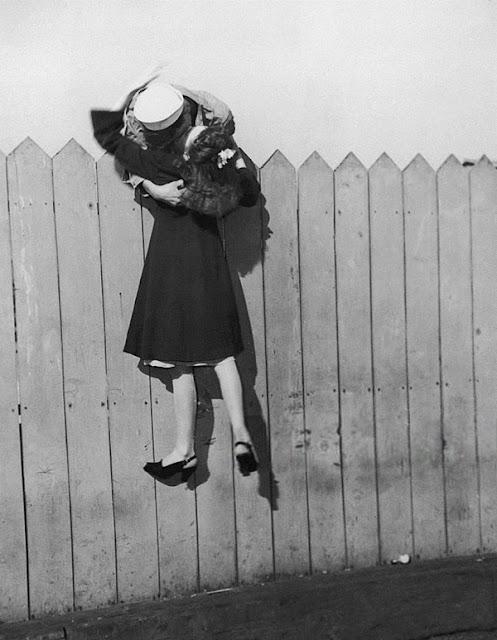 Seorang prajurit angkatan laut memberikan ciuman mesra pada kekasihnya sebelum ia pergi berperang