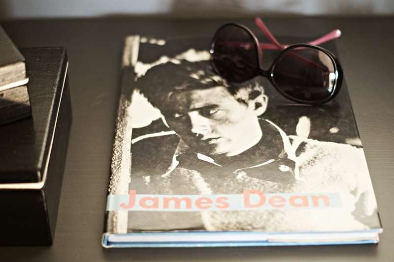Blog + Fotografie by its me - Rooming Flur, Buch über James Dean