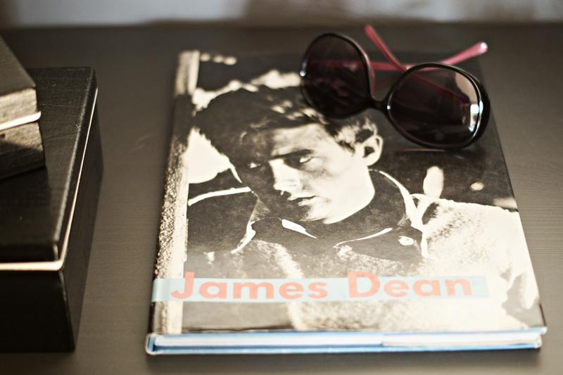 Blog + Fotografie by its me - Rooming Flur, Buch über James Dean