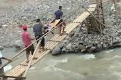 Jembatan Utama di Lebak Gedong Putus, Ibu Hamil Ditandu Saat Melintasi Jembatan Batang Bambu