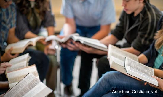 Estudiantes leyendo sus biblias en escuelas