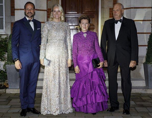 Kate Middleton wore Jenny Packham dress. Princess Eugenie wore Roland Mouret dress, Mette-Marit wore Tina Steffenakk Hermansen gown