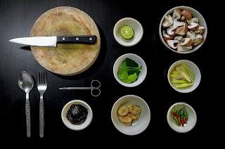 platos con comida y utensilios de cocina