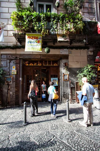 Pizzeria Sorbillo-Via dei Tribunali-Napoli