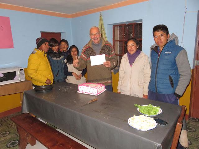 """Gestern feierte man in Bolivien den """"adulto mayor"""" und mit 61 gehöre ich eben auch dazu. So kamen meine Patenkinder der Abiklasse am Abend noch mit einer Torte vorbei."""
