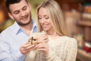 мужчина девушке дарит подарок