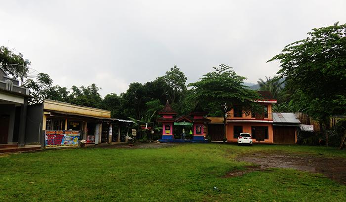 Area Parkir dan Gerbang Masuk Air Terjun Sekar Langit