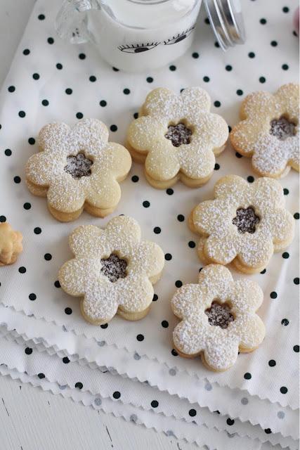Biscotti di frolla con farina di semola e crema alle nocciole