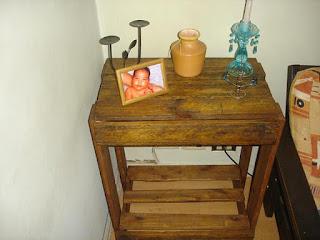 mesa de luz construida con palets de madera desarmados