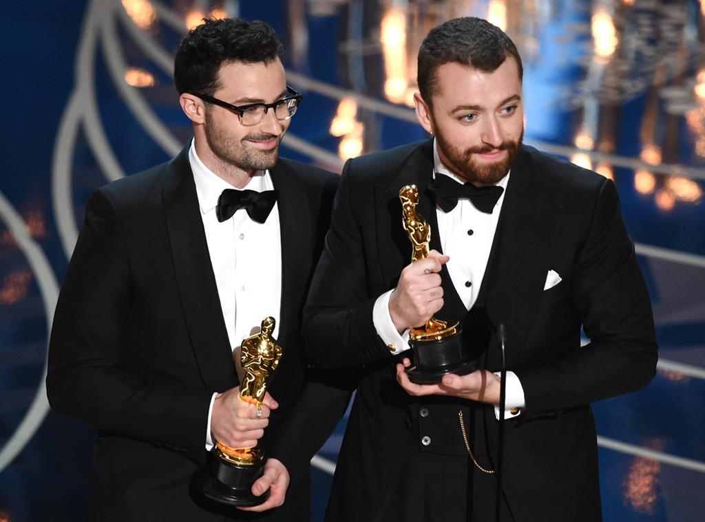 Sam Smith rebate críticas após dizer que foi primeiro LGBT assumido a levar Oscar