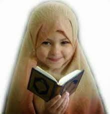 anak kecil perempuan membaca alqur'an