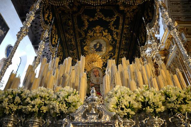 Wielkanocne procesje Semana Santa w Granadzie La Virgen