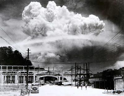 Fotografía nube atómica sobre Nagasaki (1945)