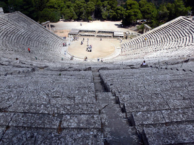 www.fertilmente.com.br - Os Anphiteatros Gregos foram os primeiros estabelecimentos ocidentais  a divulgar o teatro de maneira institucionalizada e popular.