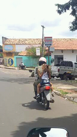 """""""NA LEI"""": Aplicador de multas transita com motocicleta sem placa e transporta criança sem capacete em Caxias"""