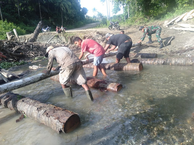 Satgas Yonif RK 732 Bantu Pembuatan Jembatan Darurat Penghubung Kecamatan Seram Utara Barat