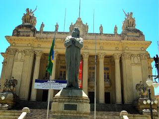 Colunas Clássicas e Generais sobre Cavalos, na fachada do Palácio Tiradentes, Rio de Janeiro
