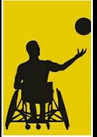Banner do rsparadesporto.org.br/. Descrição da imagem: Em um fundo amarelo, está a silhueta de um atleta cadeirante, jogando uma bola de basquete para cima, com a mão direita.