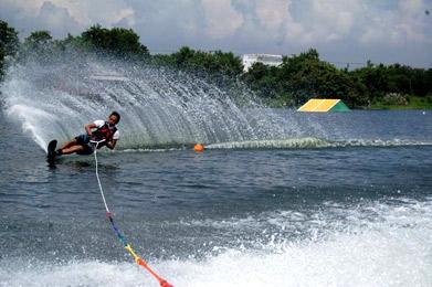 foto watersport di telaga ngipik gresik