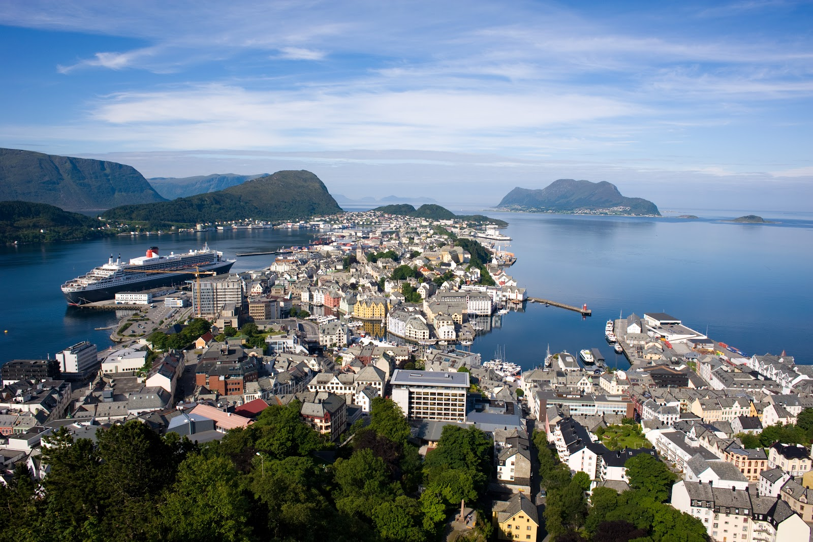 Spectacular views await at the top of Aksla hill in Ålesund, Norway. Photo: Wikimedia.org.