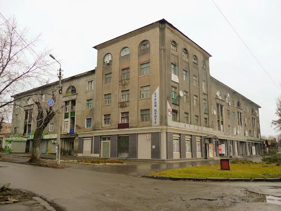 Константиновка. Ул. Олексы Тихого, 256. Жилой дом и магазины