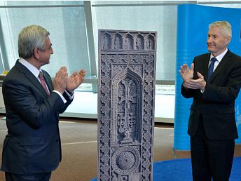 Armenia dona khachkar al Consejo de Europa