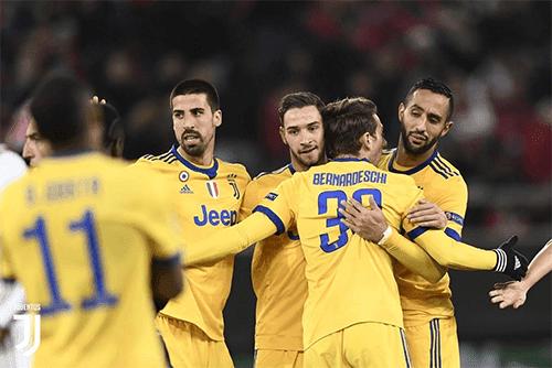Pemain Juventus melakukan selebrasi setelah berhasil mengalahkan Olympiakos 0-2 dan melaju ke babak 16 besar Liga Champions musim 2017-2018
