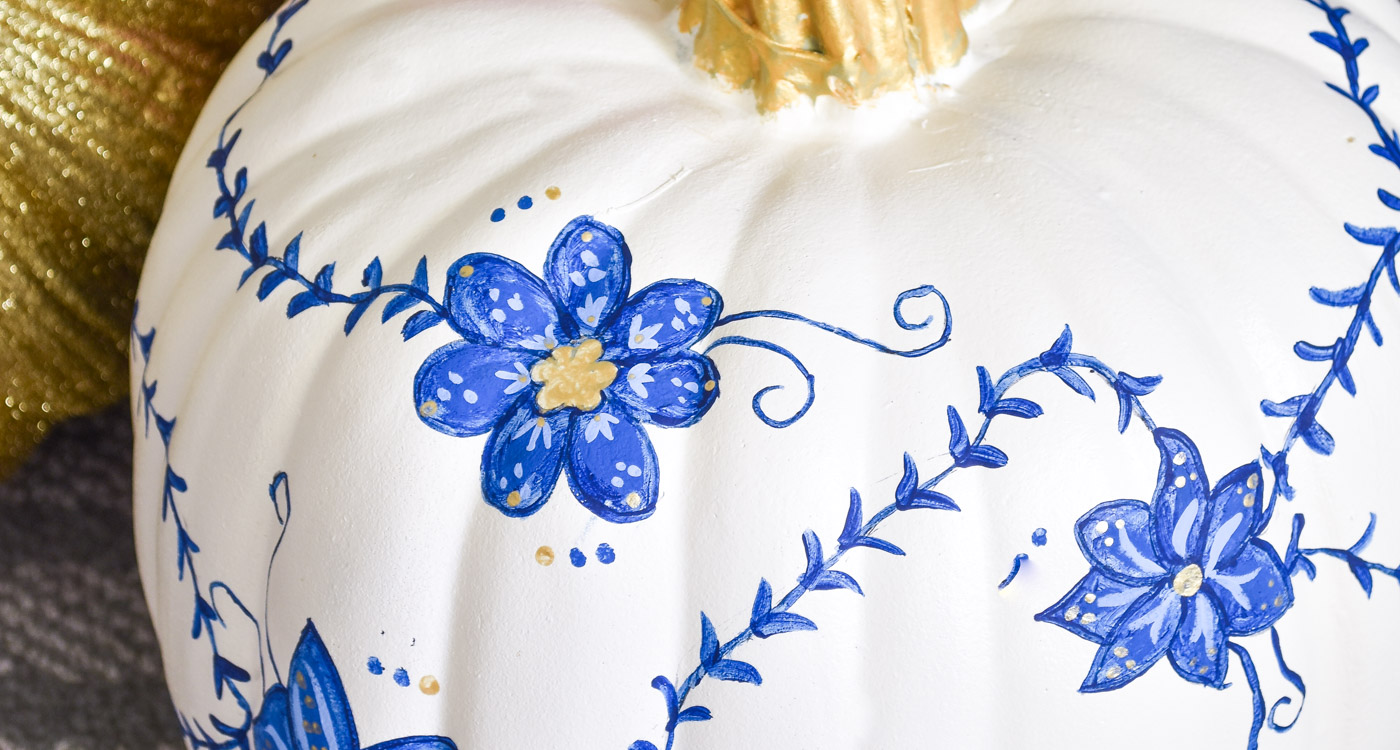 Hand painted floral chinoiserie pumpkin tutorial- an easy blue and white decor tutorial for fall. | #falldecor #chinoiserie #pumpkindecor #pumpkincraft #DIY #tutorial #pumpkin #blueandwhite
