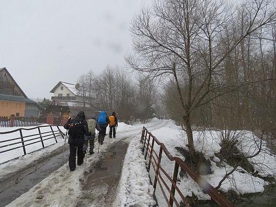 Mostek nad Skawą w Skawie i droga do wsi Wysoka.